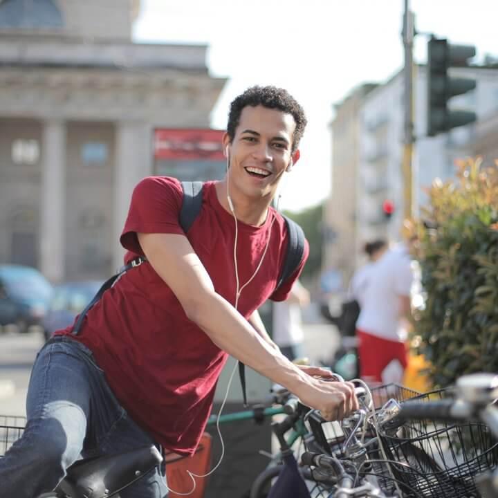 Jugendlicher steigt vom Fahrrad ab