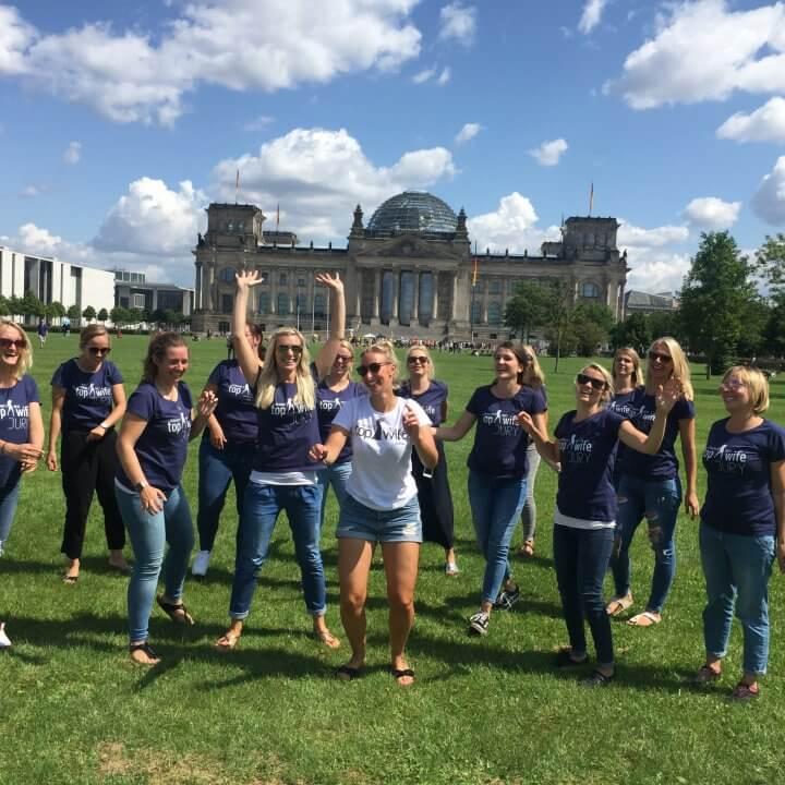Gruppe von jungen Frauen auf der Wiese vorm Brandenburger Tor