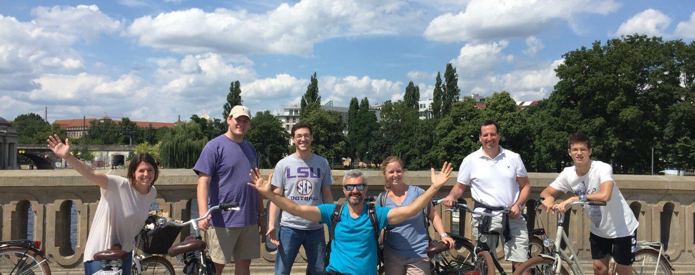 familie bei einer radtour auf der brücke vorm berliner dom