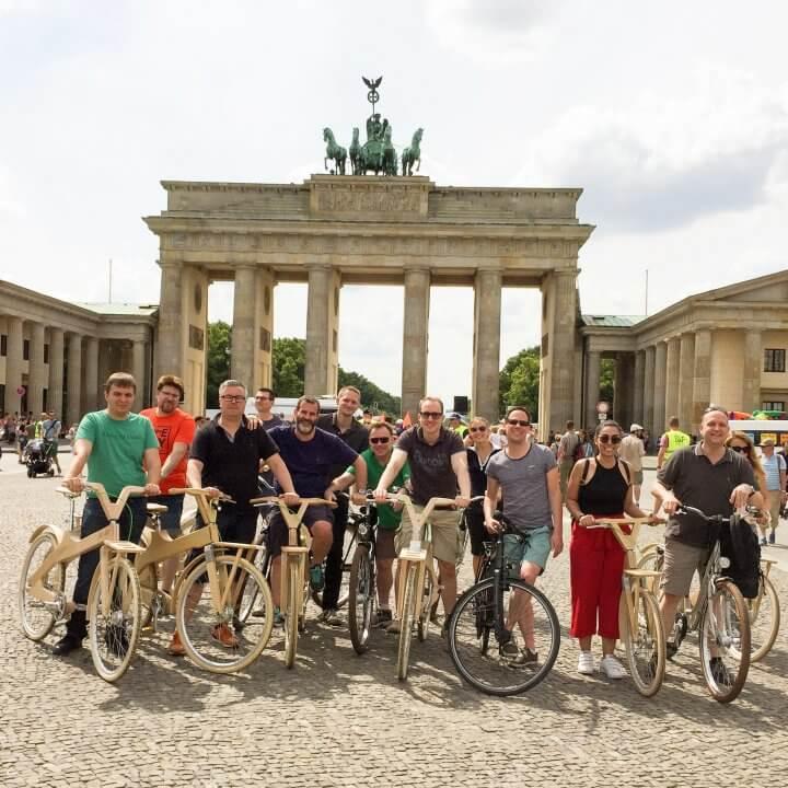 Tagungsgäste beim Fahrradausflug vorm Brandenburger Tor