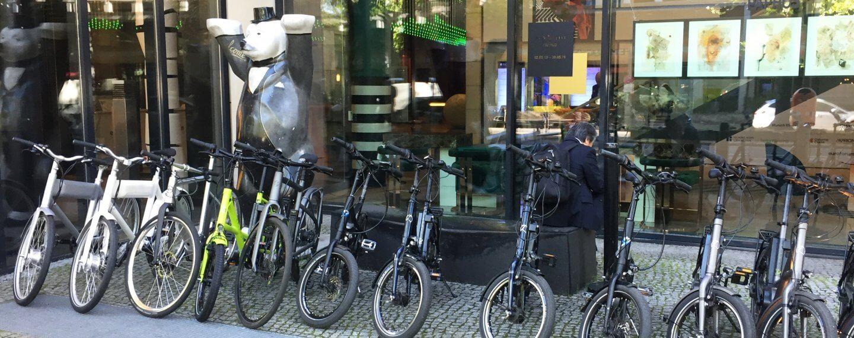 E-bikes stehn geparkt vorm Hotel