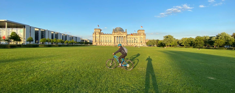Jugendlicher Radfahrer mit Mountain Bike auf der Reichstagswiese