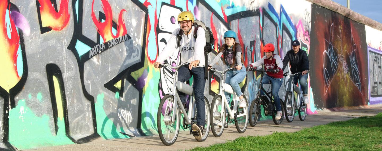 familiy auf e-bike tour mit kindern entlang der eastsidegallery