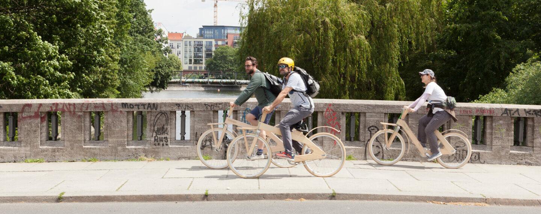 Radfahrer fahren über die Brücke am Kielufer in Neukölln