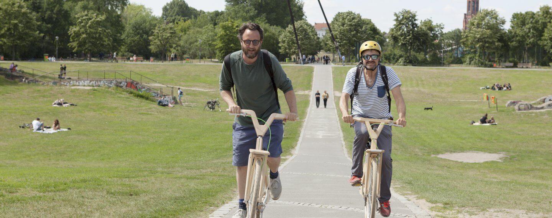 Heinz un dJR von Urban Bike Tours fahren durch den Görlitzer Park auf 2 Holzrädern von cocomat.bike
