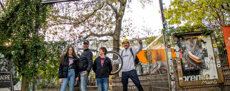 4 Personen mit E-Bike vor dem Urban Spree Biergarten