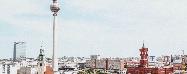 Berlin Alexanderplatz mit Fernesehturm und Rotem Rathaus