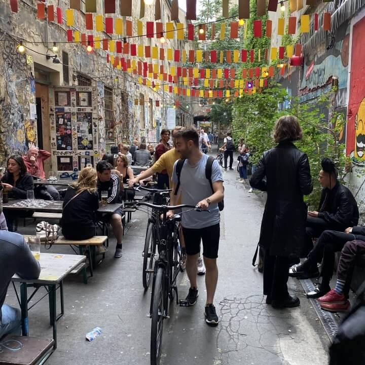 2 Radfahrer schieben ihre Räder aus den Hof im Haus Schwarzenberg am Hackeschen Markt