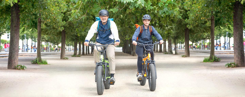 2 Personen auf E-Cruisern bei einer Radtour