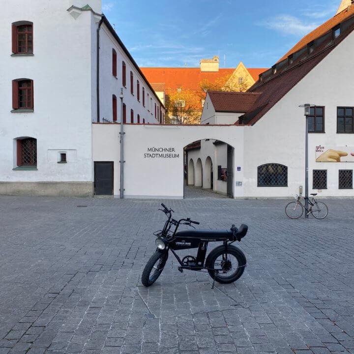 Uni Moke E-Bike vorm Stadtmuseum