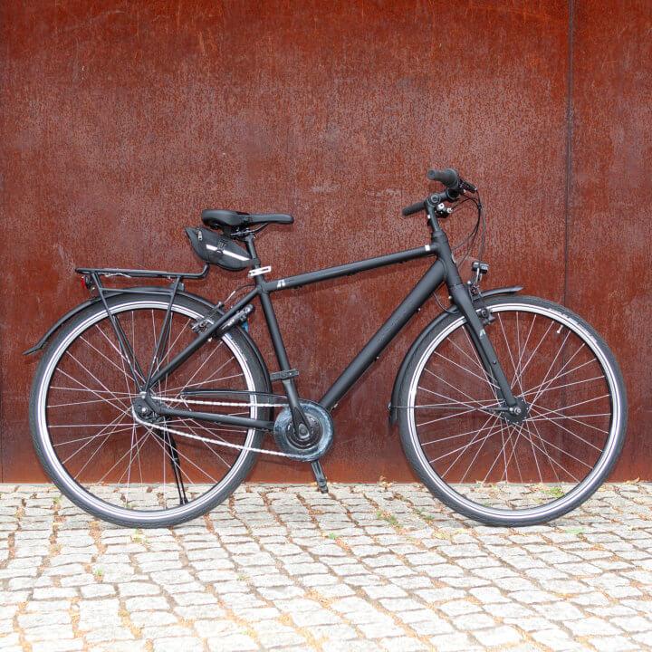Touren Rad Agatu Light vor roter Mauer
