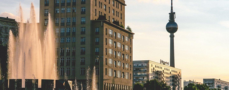 Sicht entlang der Karl-Marx_Allee mit Fernsehturm im Hintergrund