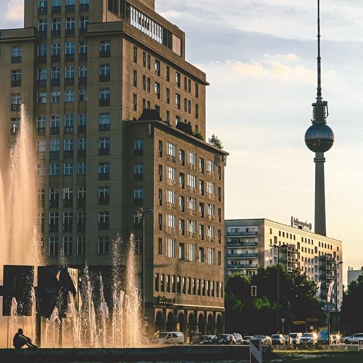 Blick entlang der Karl-Marx-Allee auf Fernsehturm