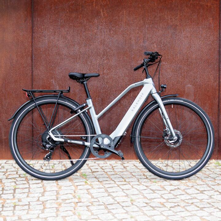 E-Bike Berleen von Kalkhoff vor roter Mauer