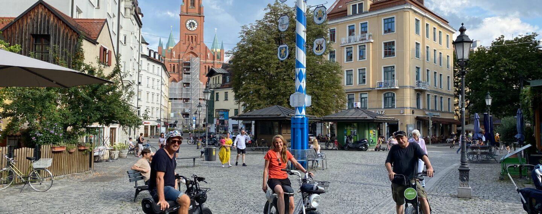 3 Personen mit E-Cruisern am Wienerplatz