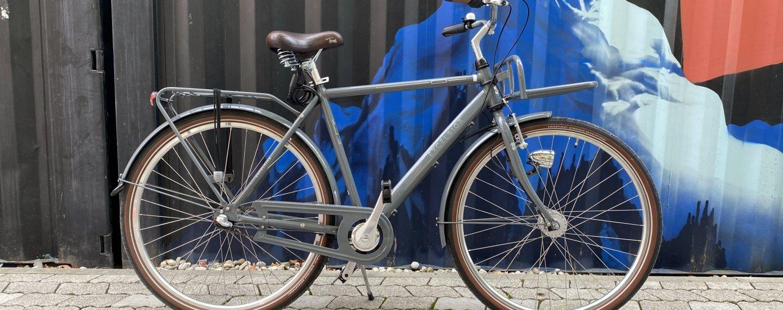 Cityrad der Marke Excelsior mit 2 Gepäckträgern vorm Container Pop up store von Urban Bike Tours