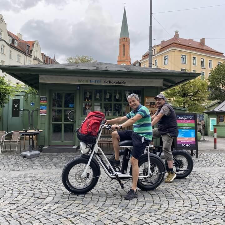 Uni Swing und UDX am Wienerplatz vor eienm MArktstand