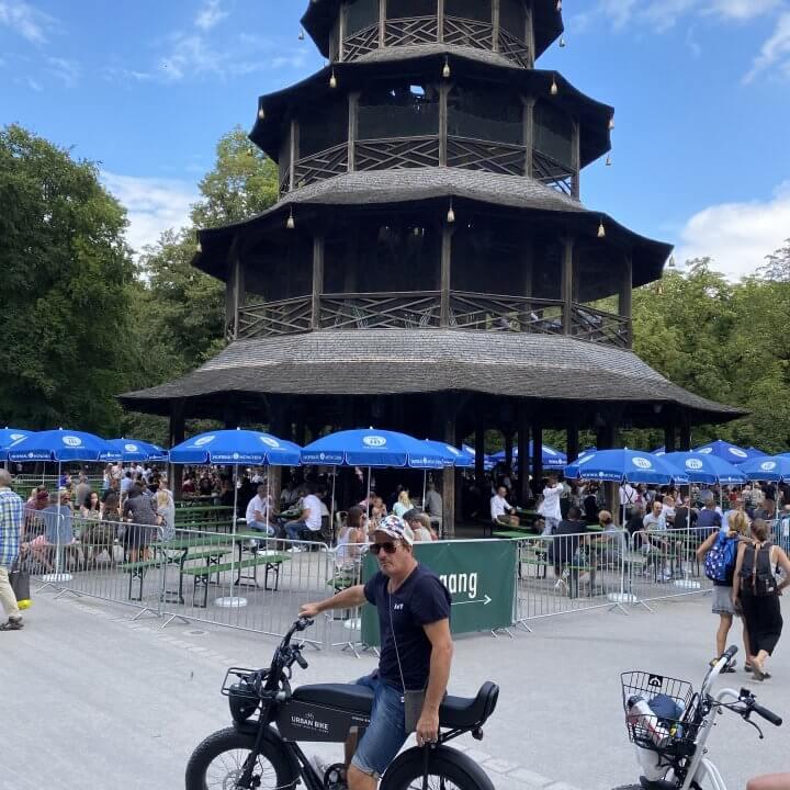 Gruppe E-Biker am Chinesischen Turm im Englischen Garten