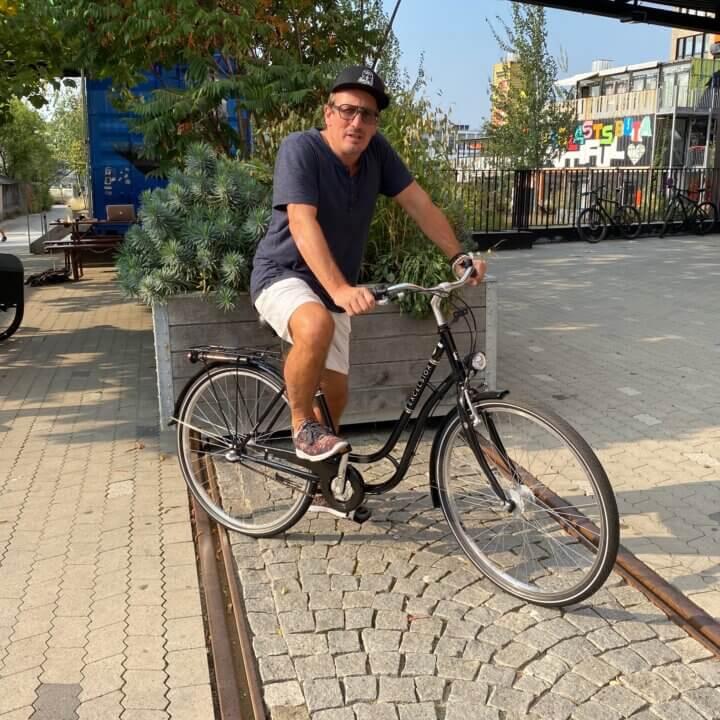 Mann auf City Bike