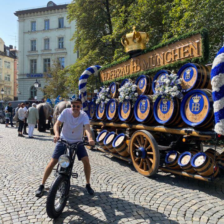 E-Biker von urban bike tours vor Münchner Brauerei Wagen