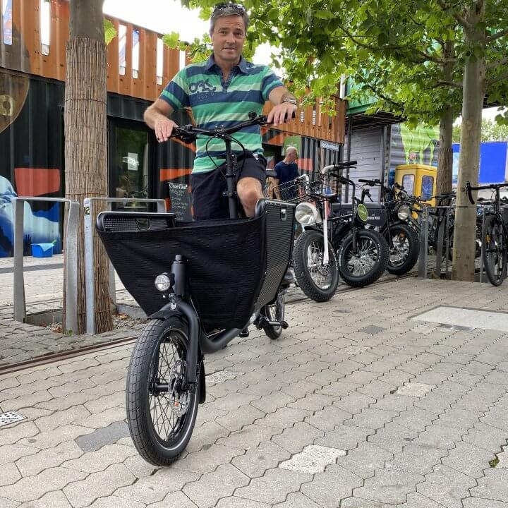 Lastenfahrrad Muli mit Mann vor Container Urban Bike STore