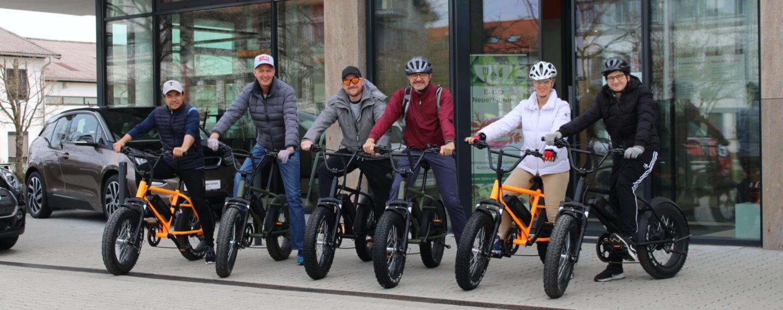 Gruppe startet auf eien E-Bike Tour vorm Autohaus Hengge