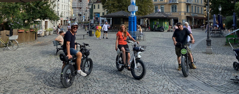 2 Menschen aud Urbandrivestyle_E-Bieks auf dem Wienerplatz in München