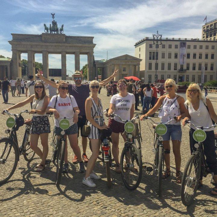 Gruppe auf einer Radtour vor dem Brandenburger Tor