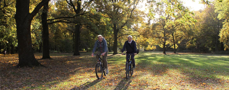 Heinz und Michael fahren durch den Tiergarten auf Rädern