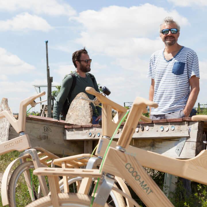 2 Guides von Urban Bike Tours mit ihren woodybikes am Tempelhofer Feld