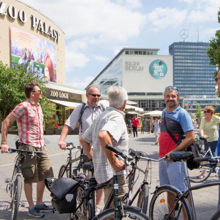 kleine Truppe von Radfahrern am Zoopalast.