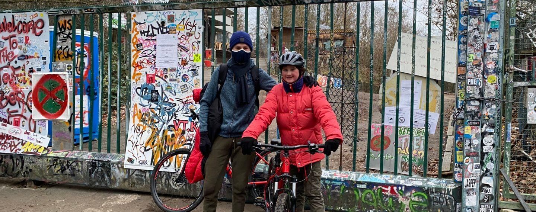 2 mountain bikers in front of entrance former US listening station Teufelsberg