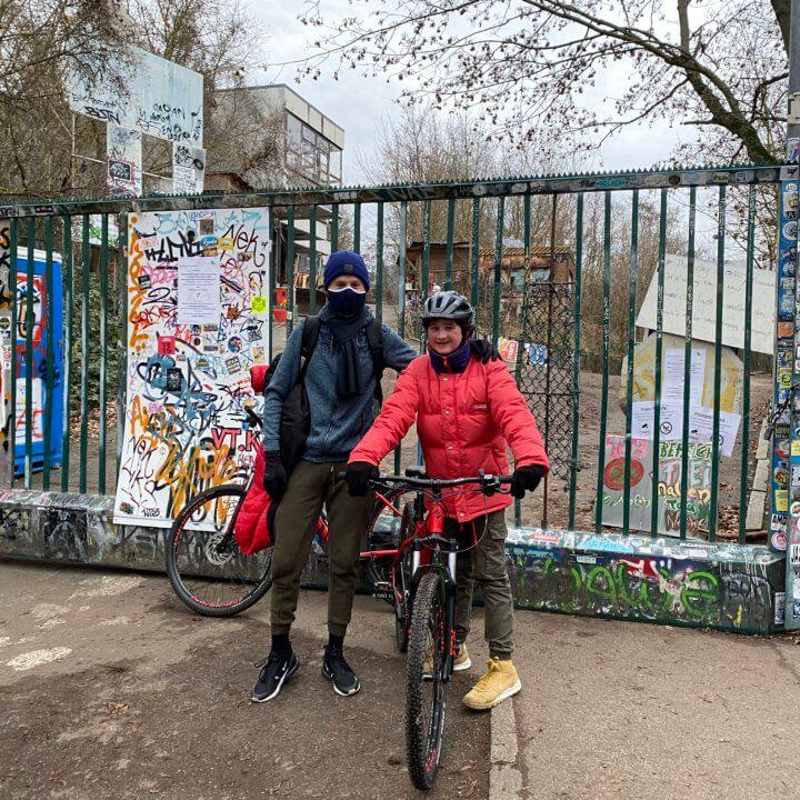2 Mountainbiker vorm Eingang Abhöhrstation Teufelsberg